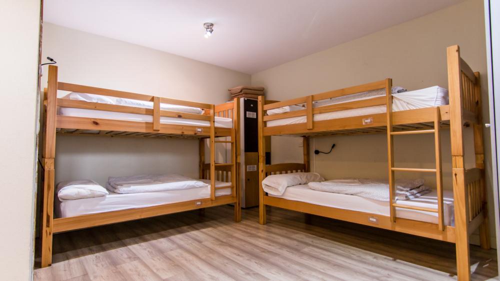 Dormitório  de 4 camas com banheiro
