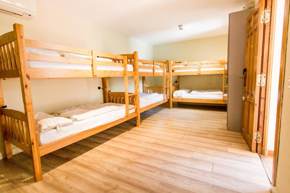 Dormitório  de 6 camas com banheiro