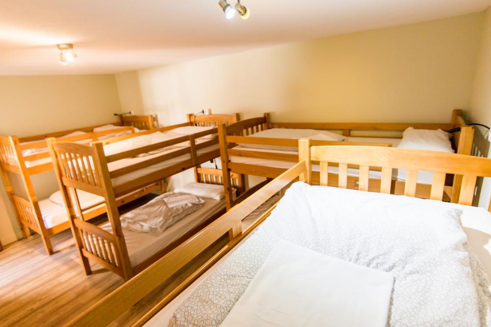 Dormitório  de 8 camas com banheiro