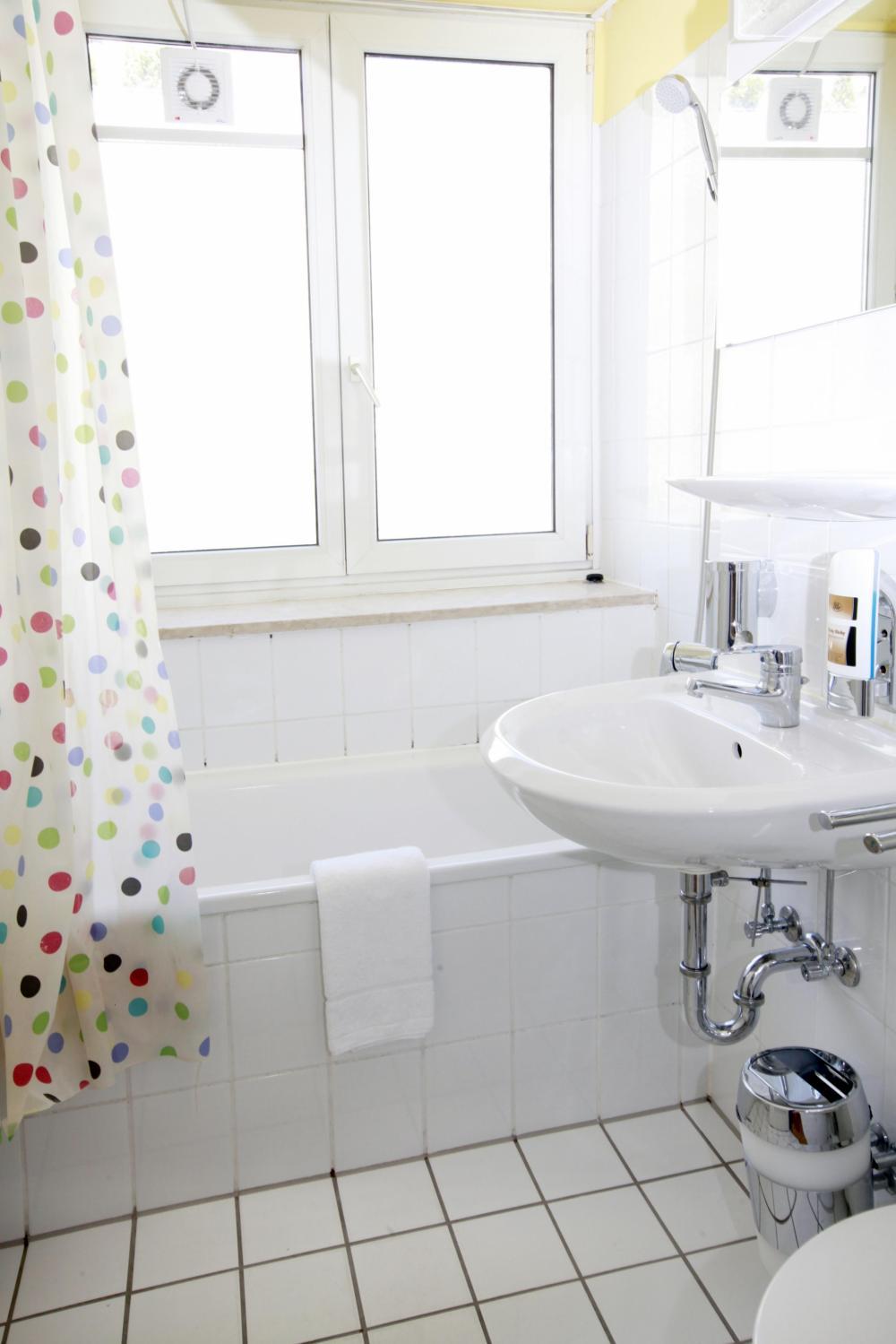 Banheiro no A&O München Hackerbrücke