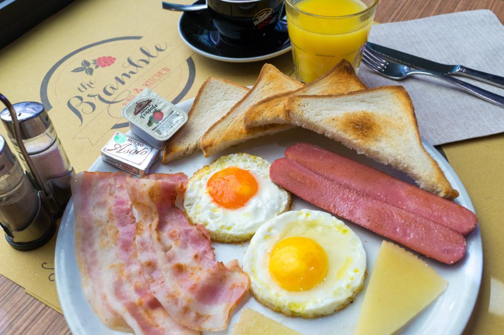 Café da manhã no Bramble Bar & Cozinha (ao lado)