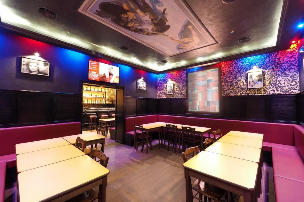 área comum no bar do hostel
