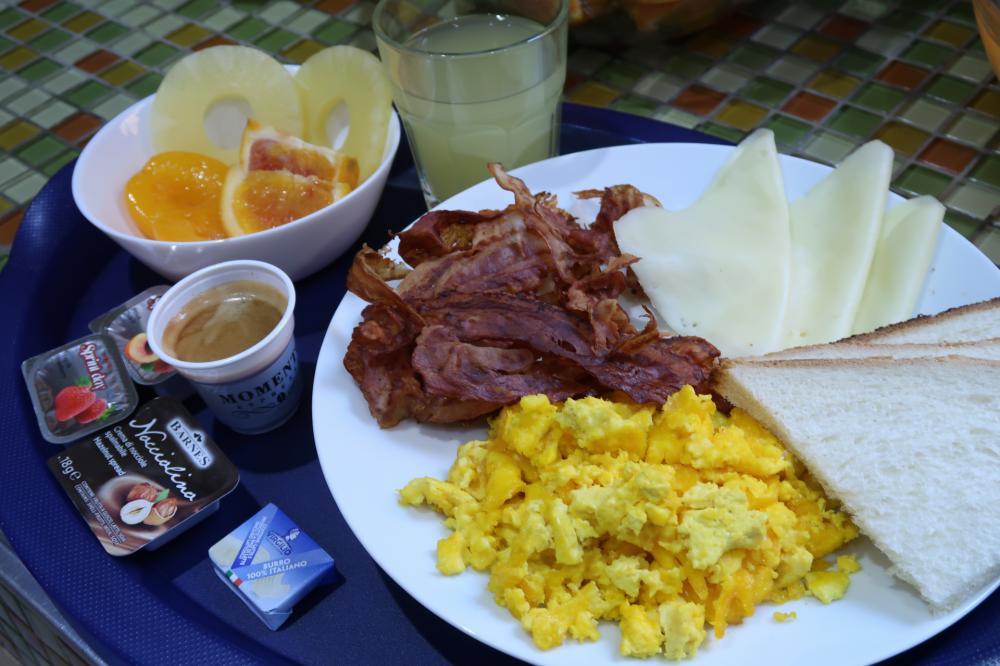 Café da manhã completo disponível das 8 às 11 da manhã