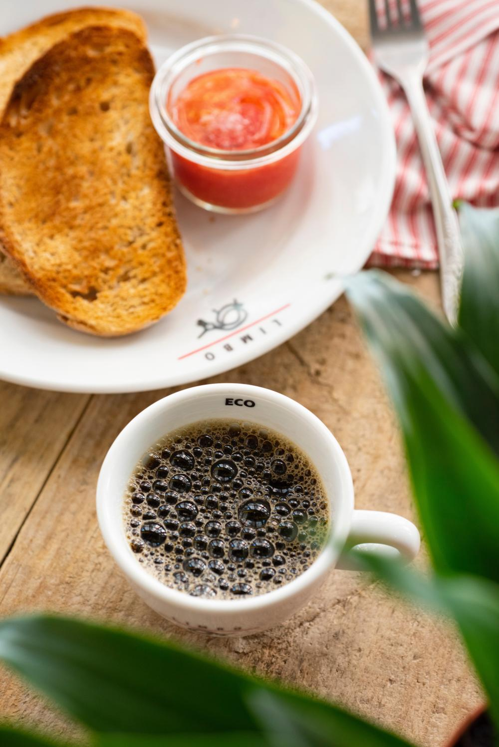 Café, chá com torrada/croissamt (3€)