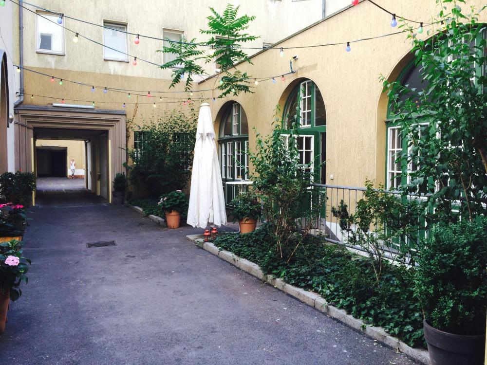 Área externa para relaxar, servir churrasco e para fumantes
