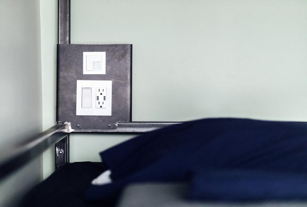 Tomadas elétricas por cama