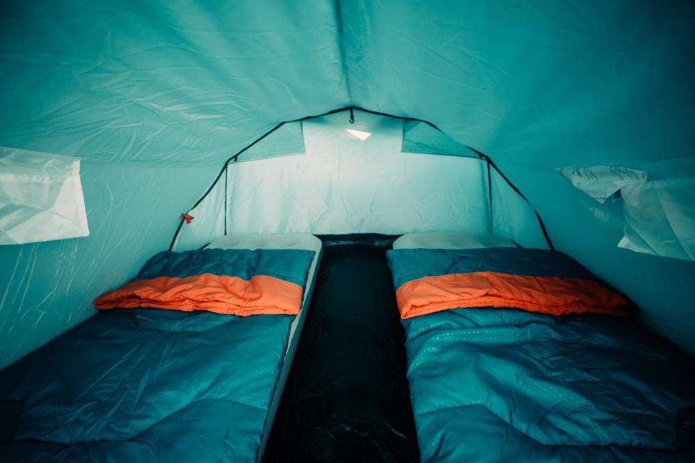 A tenda privativa para 2 pessoas é uma tenda da Quechua para 3 pessoas