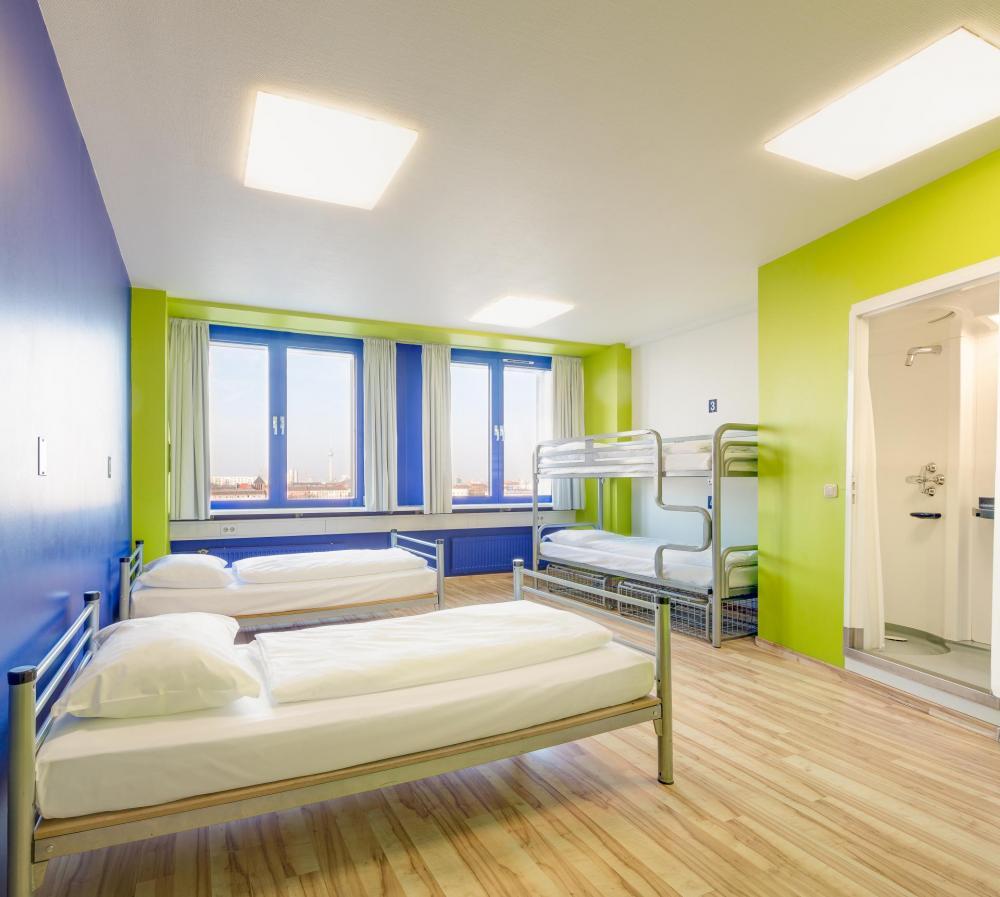 Exemplo de um quarto quádruplo e banheiro
